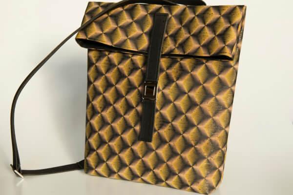 rucksack-korkleder-korkstoff-wuerfel-schwarz-gelb